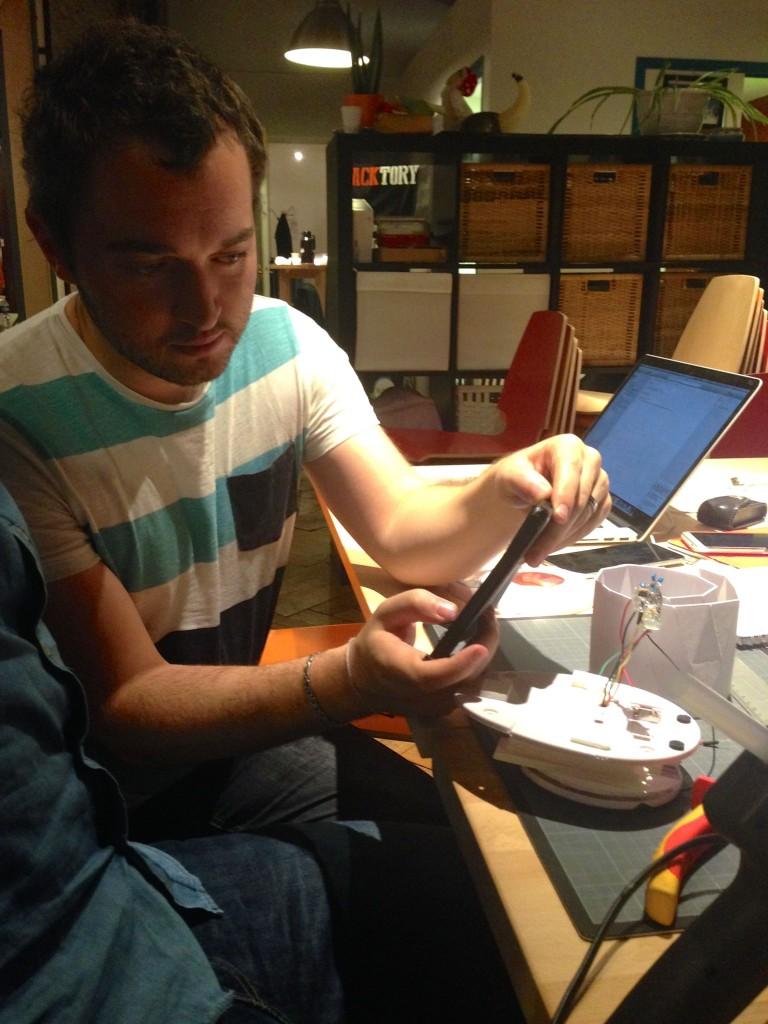 Thomas Lelong prenant une photo du hardware qu'il vient de soudé.