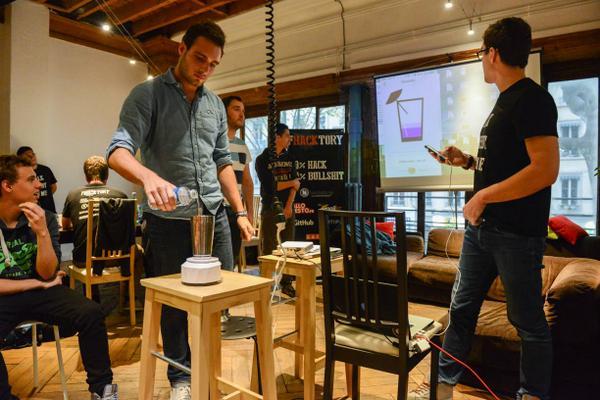 L'équipe Cocktail faisant une démo du prototype.